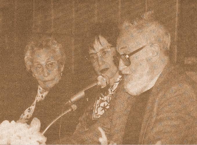 Juana Quilez, recibiendo el homenaje de la Biblioteca Provincial, junto a su entonces bibliotecaria, Dª Blanca Calvo, y el escritor José Luis Sampedro