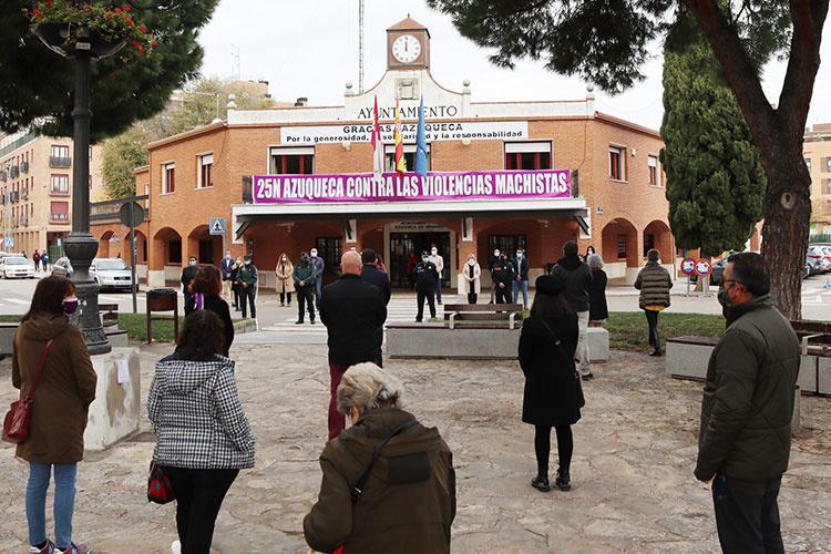 Imágene de la concentración celebrada este mediodía ante la fachada del ayuntamiento de Azuqueca de Henares