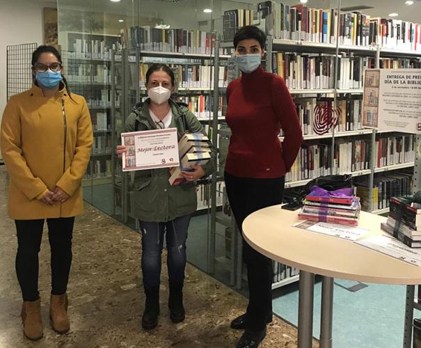 """La ganadora del premio """"mejor lector"""" en categoría adultos, flanqueada por la concejala y la directora de la Biblioteca"""