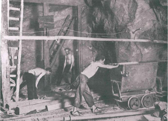 Mineros de Hiendelaencina. PRODUCCIÓN. 1-9-1920. (Fotografía: cortesía de Enrique Alejandre Torija)