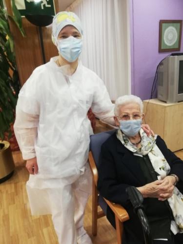 Araceli Hidalgo, una mujer de casi 97 años y Mónica Tapias, una de las profesionales de este centro sociosanitario