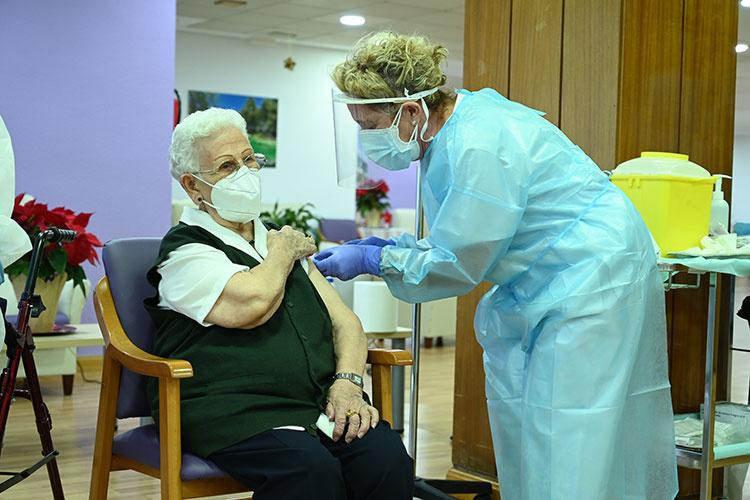 Araceli Hidalgo, la primera persona en España vacunada contra el CIVD 19. Foto (Pool Moncloa/Borja Puig de la Bellacasa)