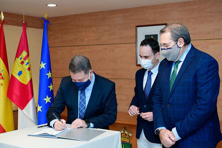 Foto de archivo de la firma del convenio para la construcción del Centro de Salud de Cabanillas