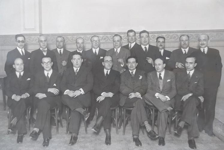 Junta Directiva de la Casa de Guadalajara en Madrid, presidida por Agustín Barrena (sentado en el centro). El primero a la izquierda (en pie) es Francisco Layna