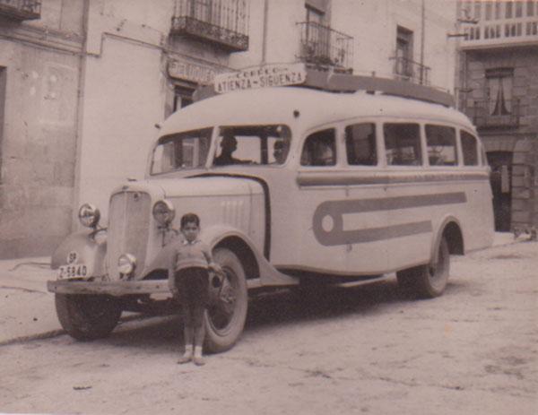 Coche de línea de Atienza. Primeros años 50. Foto cedida por Juan Carlos García Muela