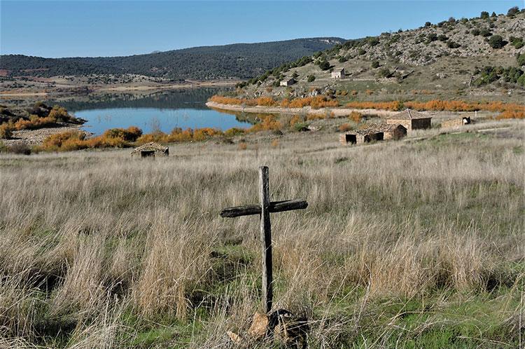 Vista del pantano y el entorno de la ermita desde  la cruz de mayo en las eras