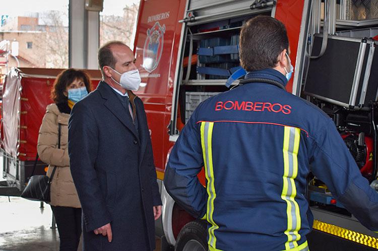Rojo en su visita efectuada al parque de bomberos de la capital