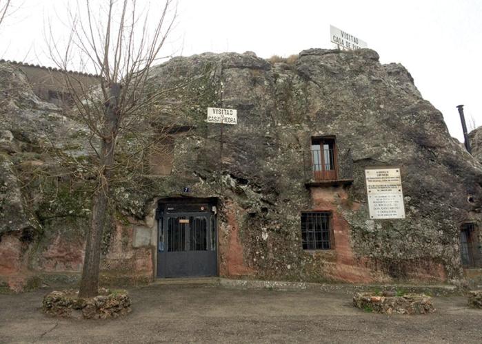 La Casa de Piedra, en Alcolea del Pinar, una vivienda picada en la roca por Lino Bueno.