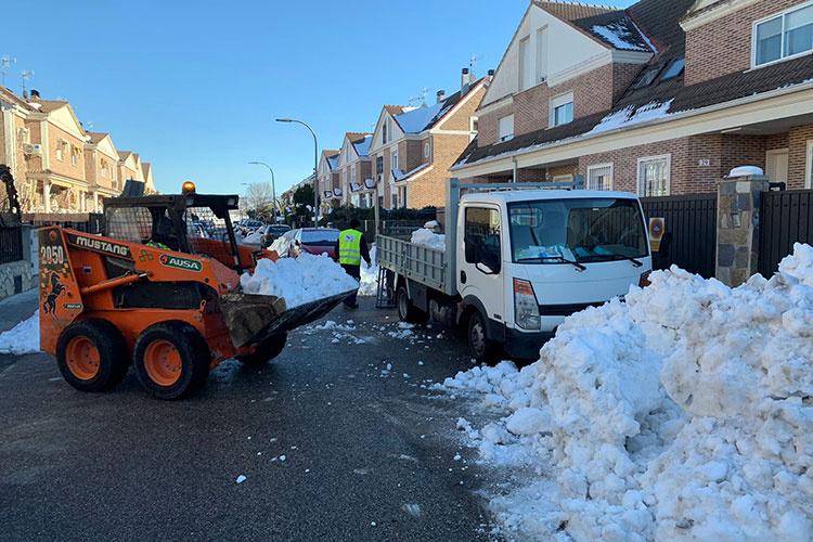 Trabajos de retirada de nieve y limpieza de imbornales. Fotografías: Ayuntamiento de Azuqueca.