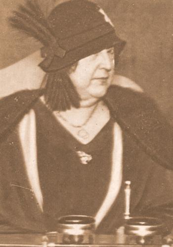Pocas horas antes de morir, a Carmen de Burgos la tomaban su último retrato en el Círculo Radical Socialista, donde dio una conferencia