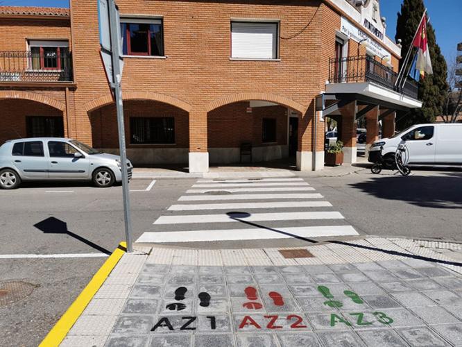Unas huellas pintadas sobre el pavimento identifican cada una de las rutas definidas
