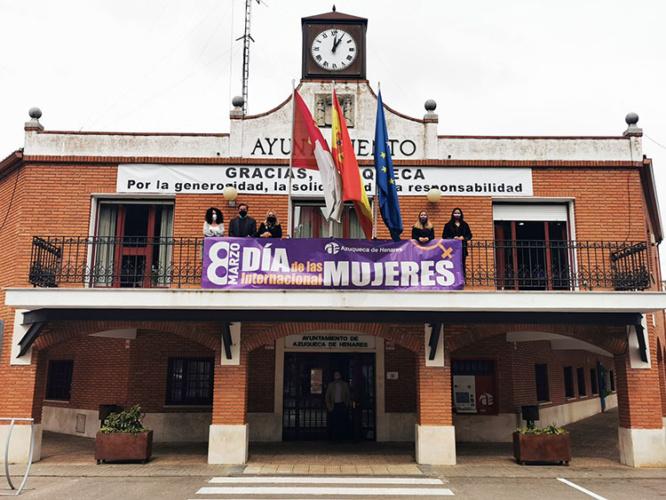 La concejala de Igualdad de Oportunidades, la coordinadora del Equipo de Gobierno y las portavoces de IU y PP, así como el de Cs, con la pancarta del 8 de Marzo. Fotografía: Ayuntamiento de Azuqueca