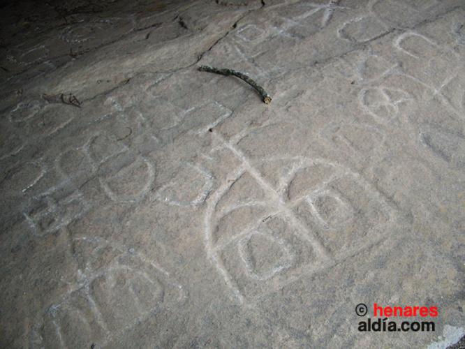 """Petroglifos en """"Peña Escrita"""" en Canales del Ducado"""