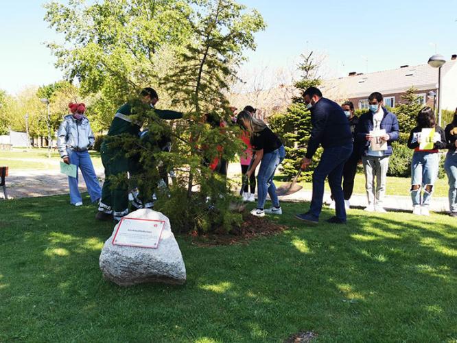 Momento del acto de 'Un árbol por Europa'. Fotografía: Ayuntamiento de Azuqueca