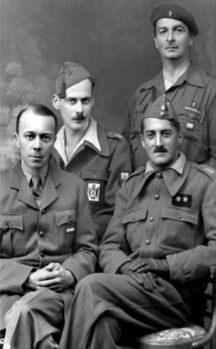 V. Shinkarenko, quien se sienta (derecha), y N.N. Boltin