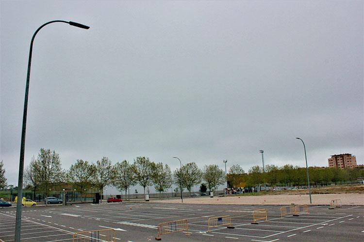 El aparcamiento en superficie del colegio público de Valdeluz estrena alumbrado público