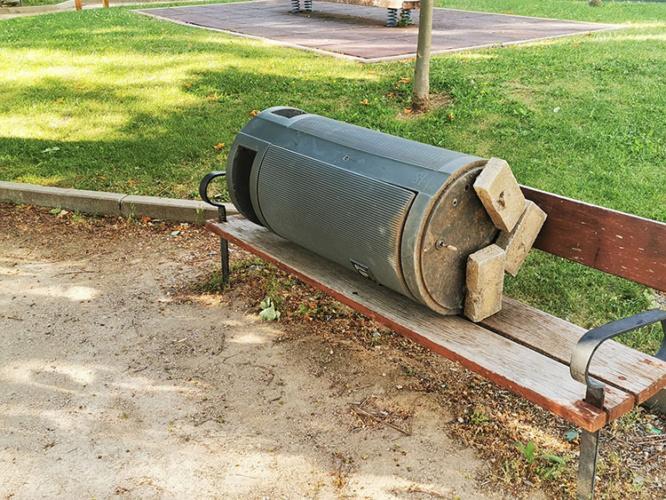 Así ha quedado parte del mobiliario urbano tras el fin de semana. (Foto Ayuntamiento de Azuqueca)