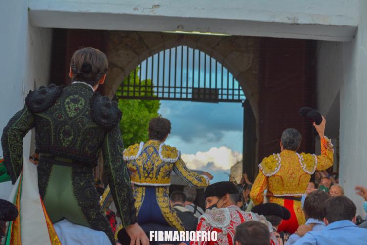 La terna saliendo por la puerta grande de La Muralla de Brihuega. (Foto: José Riofrío)