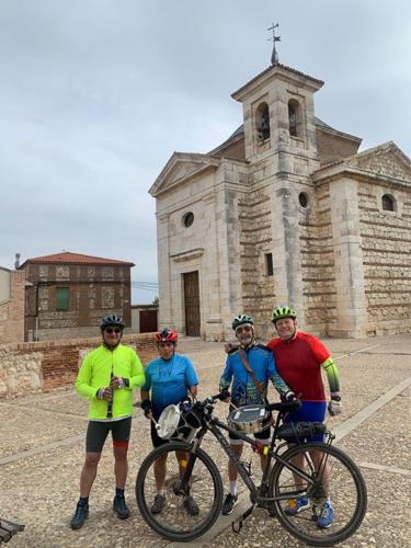 """Los """"Medicid"""" ante la iglesia de Ciruelas"""