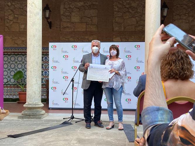 María Angeles García recogiendo el premio en nombre de su hijo Julio Martínez