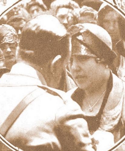 María Arenas recibe del Rey Alfonso XIII la medalla de los Sufrimientos por la Patria