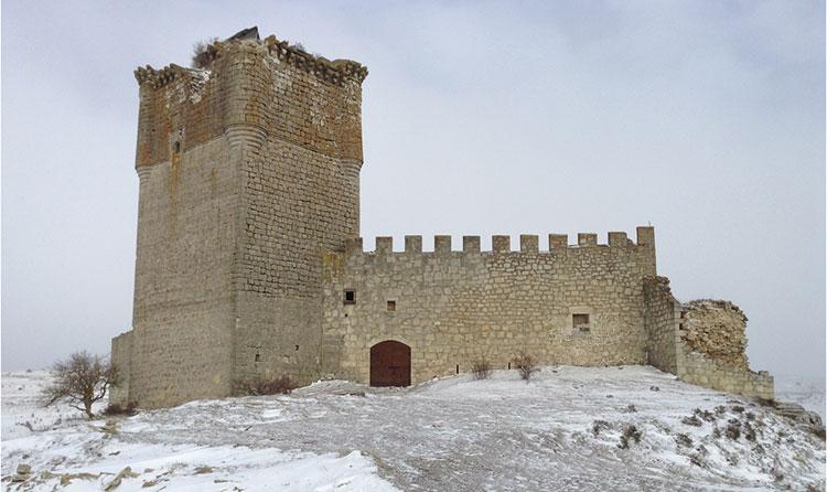 El castillo de Galve de Sorbe, construido en el siglo XV, bajo un manto de nieve.