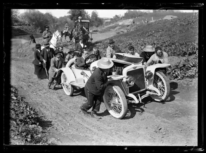 El Rey Alfonso XIII en un coche averiado y siendo empujado por un grupo de personas. 1920. Fondo Goñi. AHP Guadalajara