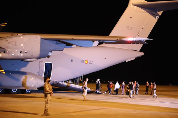Llegada de refugiados afganos a Torrejón. (Foto Pool Moncloa)